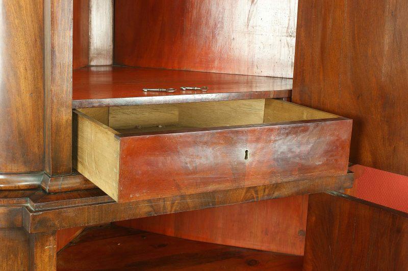 antiquit ten und kunstgegenst nde biedermeier eckschrank mahagoni. Black Bedroom Furniture Sets. Home Design Ideas